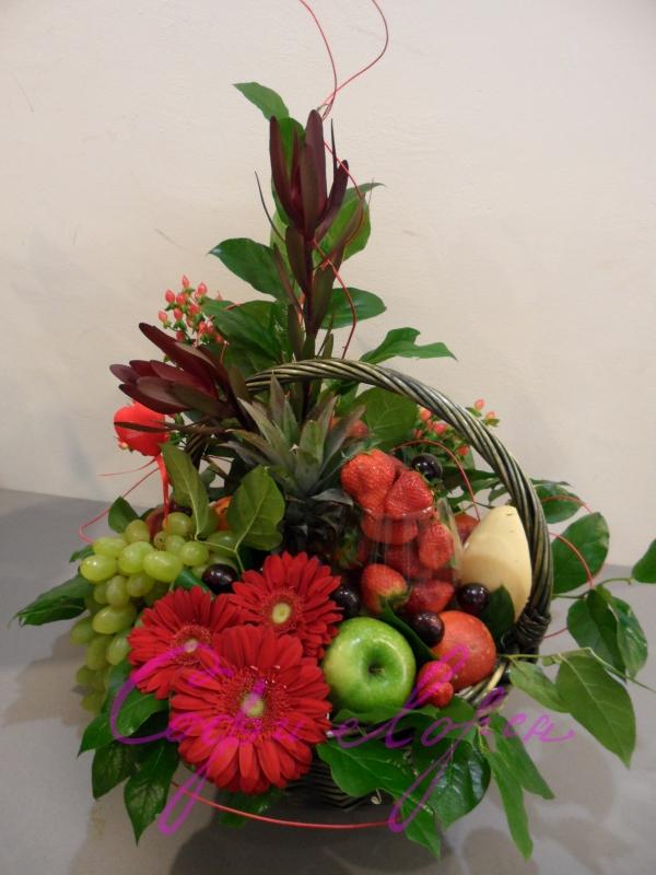 корзина с клубникой и живыми цветами от 2000_2