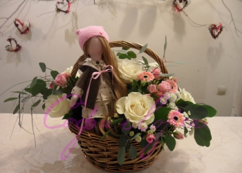 корзина с живыми цветами и куклой ручной работы от 6000