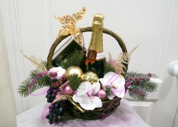 корзина с искусственными хвоей и цветамиот 2000